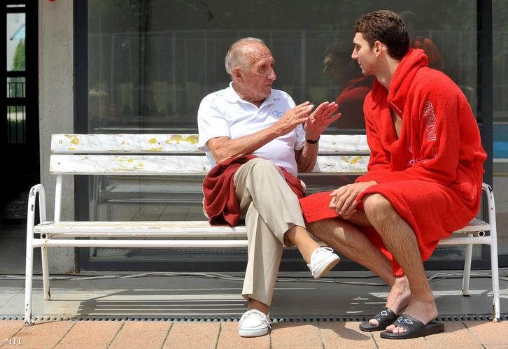 A 96 éves Tarics Sándor olimpiai bajnok vízilabdázó és Varga Dániel beszélget a férfiválogatott edzésén a margitszigeti Széchy-uszodában ahol a csapat megkezdte a felkészülését a római világbajnokságra, 2009. június 8-án.