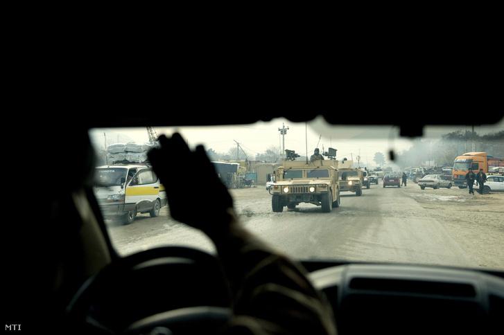 Magyar katonák járőrözés közben Afganisztánban, 2012 decemberében
