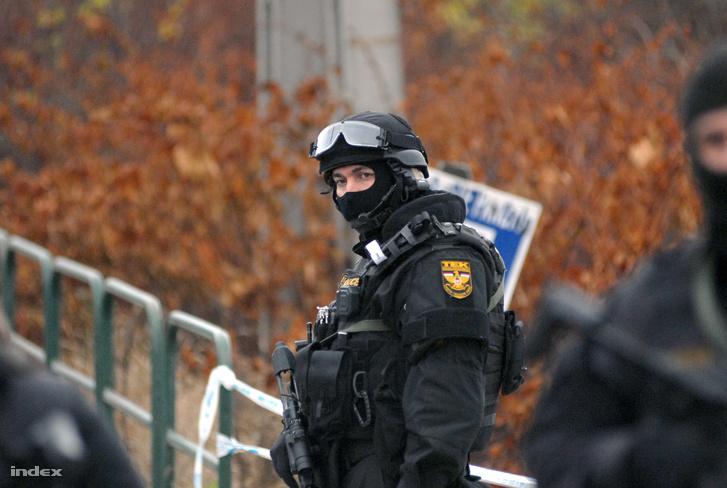 TEK fegyverese bevetés közben, 2015. december 9-én Budapesten