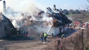 Hatalmas tűz tombol a tordasi csárdában