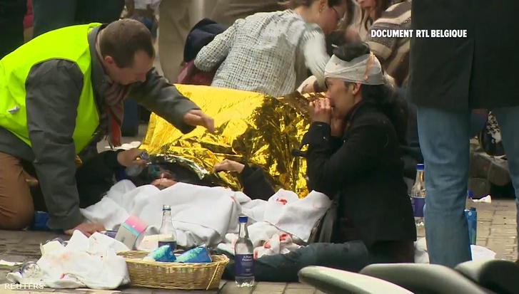 Sebesülteket ápolnak a metróban történt robbantás után Brüsszelben március 22-én