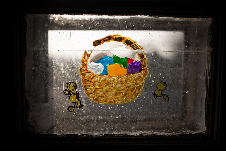 Húsvéti motívum a család volt házának ablakán