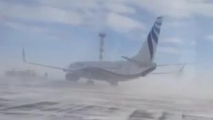 Szibériai életkép: orkán fújja le a Boeinget a kifutópályáról