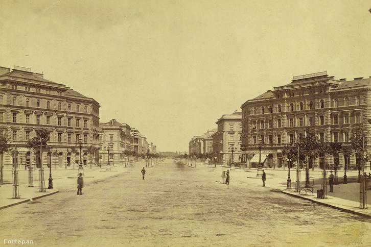 Andrássy (Sugár) út az Oktogonnál, a Városliget felé nézve. A felvétel 1880 körül készült.