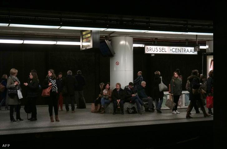 Várakozó utasok egy brüsszeli megállóban, március 24-én.