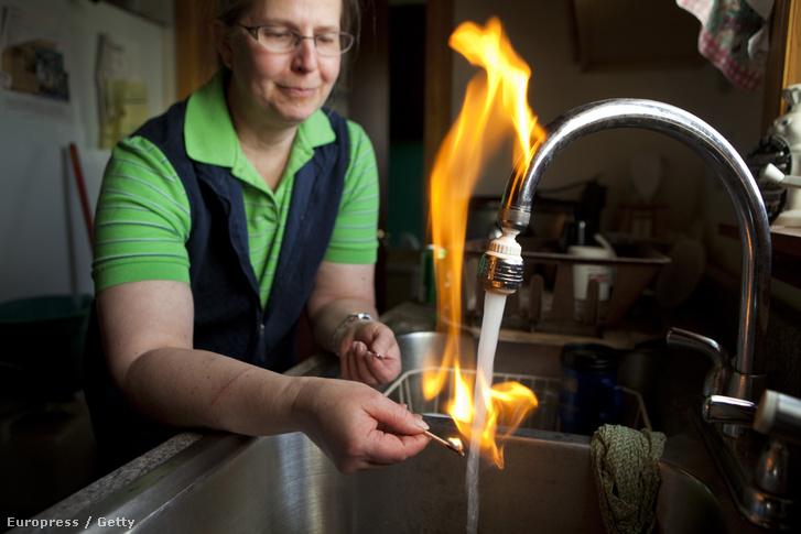 Sherry Vargson meggyújtja a csapvizet granville-i otthonában. A közelükben működő palagáz-kitermelés miatt a környék ivóvize metángázzal telítődött (2012)