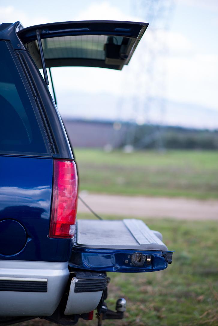A hátsó szélvédő az utastérből, gombnyomással nyitható
