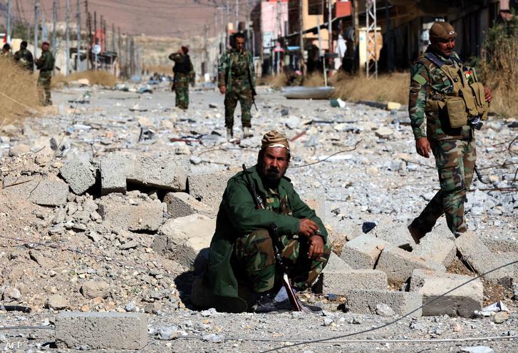 Kurd és jazidi fegyveresek Szindzsárban 2015 novemberében