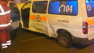 Mentőautó ütközött személyautóval a Pesti úton