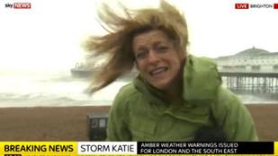 A híradós küzdelme a tomboló szélviharban