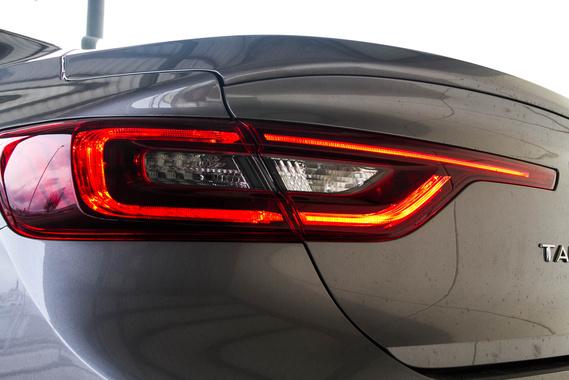 A Renault új stílusjegye a keskeny keretbe foglalt hátsó, széles lámpatest