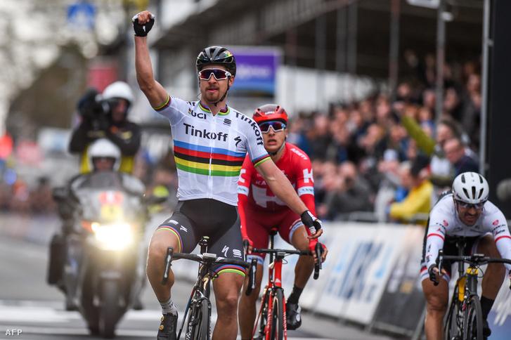 A szlovák Peter Sagan ünnepli győzelmét aGent–Wevelgem kerékpárversenyen, 2016. március 27-én.