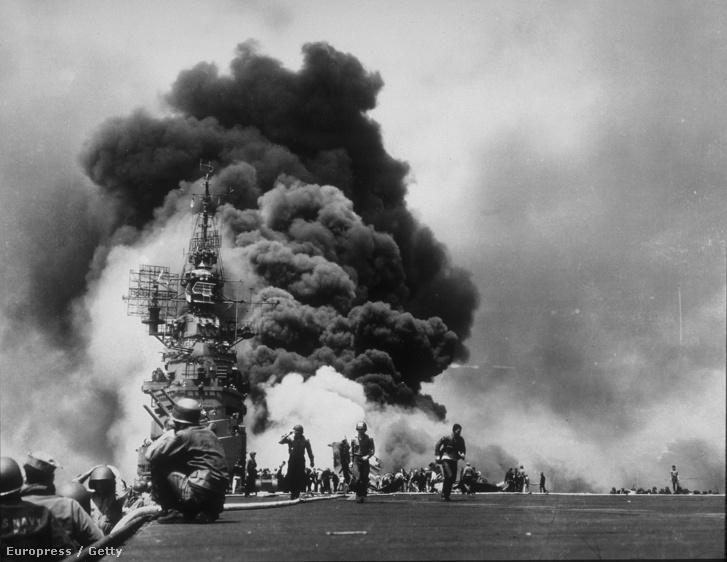 Amerikai katonák menekülnek egy kigyulladt tankhajó mellől egy kamikazetámadást követően az okinavai ütközetben