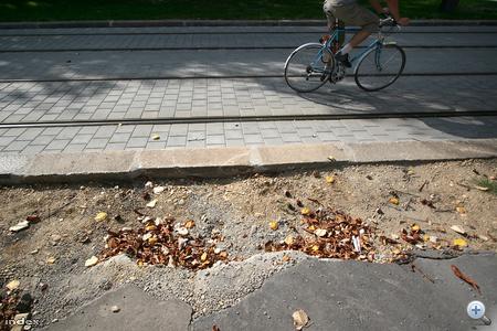 Sok biciklis inkább a szép, sima villamospályát választja...