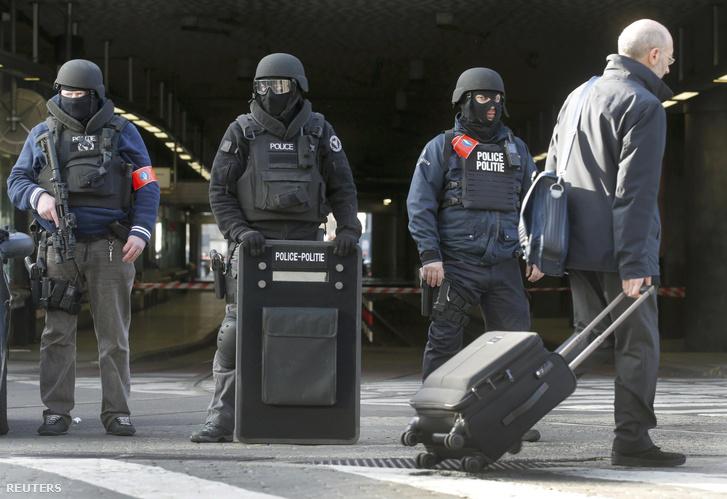 Rohamrendőrök a brüsszeli pályaudvaron március 22-én