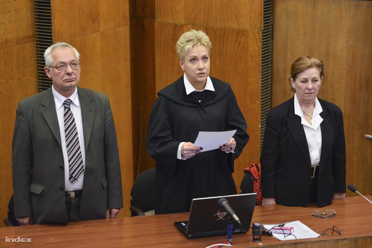 Szegedi Gyöngyvér bírónő felolvassa az elsőfokú ítéletet K. Rudolf és felesége büntetőperén, amelyet a nevelésük alatt álló 12. életévét be nem töltött személy sérelmére erőszakkal elkövetett szexuális erőszak bűntette és más bűncselekmény miatt tárgyaltak a Budapest Környéki Törvényszéken 2015. február 24-én.