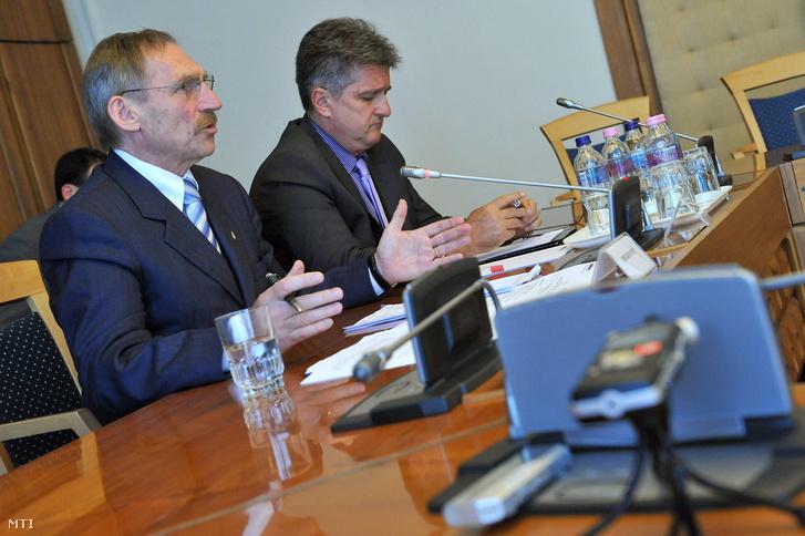 Pintér Sándor és Tasnádi László az Országgyűlés nemzetbiztonsági bizottságának ülésén 2012-ben