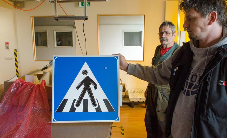 Az ötletgazda és projektmenedzser, Bereczki Levente kezében egy csomagolásra kész táblával