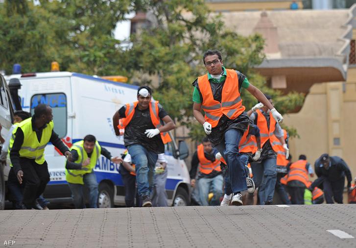 Önkéntesek próbálnak segíteni a 2013. szeptemberi kenyai bevásárlóközpont elleni terrortámadás során