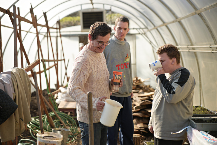 A fűszerkertben és a fóliasátrakban folyik a növények telepítése. Gabi, Csabi és Peti épp egy kis pihenőt tartanak és teáznak.