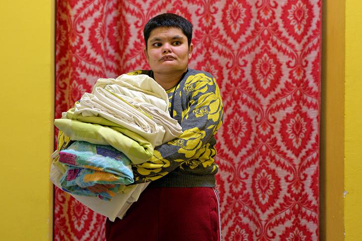 Ibolya épp a szobájába viszi a tiszta ruhákat. A közösség fiataljai az alapítvány mosodáján maguknak végzik a mosást.