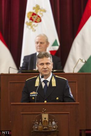 Bucsek Gábor budapesti rendõrfõkapitány tartja a BRFK 2015-rõl szóló beszámolóját a Fõvárosi Közgyûlés ülésén