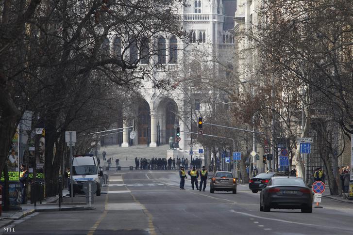Angela Merkel német kancellár budapesti látogatása miatti rendõrségi készenlét és forgalomkorlátozás Budapesten az V. kerületi Alkotmány utcában.