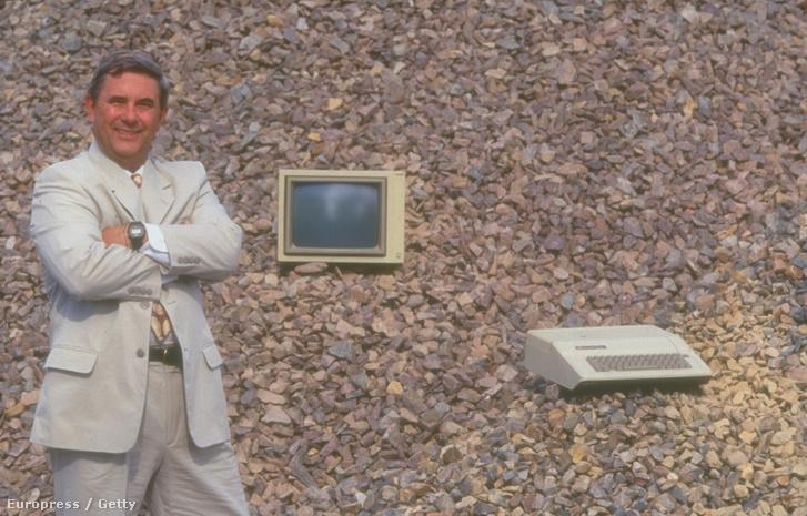 Jerry Manock volt az Apple dizájnere 1977-ben. Ő választotta az Apple 2 gépek bézs színét, ami meghatározta a további termékek kinézetét is.