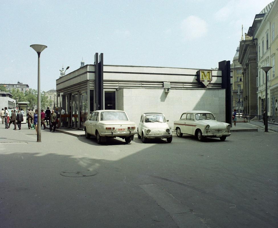 Na ezt valószínűleg azok sem sírják vissza, akik mindenhová autóval szeretnek járni. Ma már természetesnek vesszük, hogy a Vörösmarty térre, a Váci utcába vagy épp az Erzsébet térre nem lehet behajtani, de nem volt ez mindig így. Ma már szinte felfoghatatlan, miért volt fontos három parkolóhelyet fenntartani a Deák téri metrólejáró mellett.