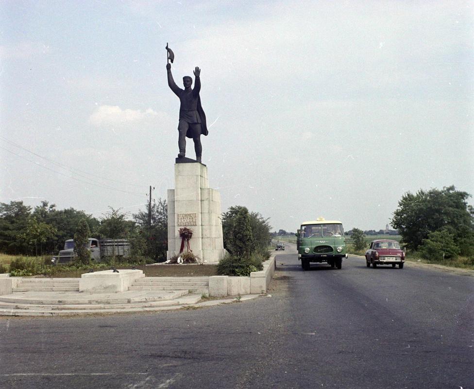 """Íme Budapest egyik kapuja, aki délkeletről érkezett a fővárosba az egész biztos elautózott Steinmetz kapitány szobra mellett. A legenda szerint a németek lőtték le a fehér zászlós követet, valójában inkább aknára futhatott az autója. Mit ne mondjak, nem épp ideális """"jó utat"""" téma, de a háború után úgy gondolták itt lesz a legjobb helye a szobrának. 56-ban aztán máshogy gondolták, felrobbantották, ez már a második változat. Most a másik útőrző kapitánnyal, Osztyapenkóval együtt a Szoborparkban pihen. Na de róla majd később."""