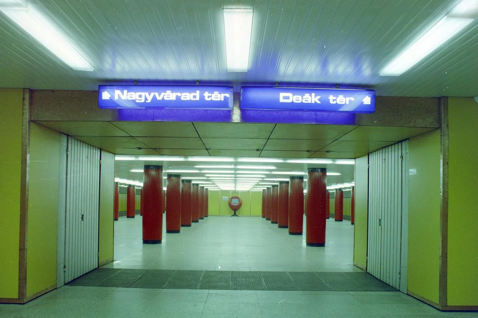 Volt idő, amikor még a hármas metró is nagyon menő volt. A piros gömbökben elhelyezett tévék (emlékszik még rá valaki, hogy vajon mire voltak jók?) simán megállták volna a helyüket akár a Pirx kalandjaiban is. S hogy miért pont ezt a két megállót jelölik a kék táblák a Klinikáknál? Mert az 1976-os átadáskor ezek voltak a végállomások.