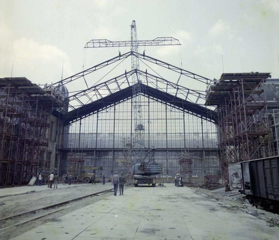Időgéppel visszaröpült valaki 1877-be és csinált egy színes képet, ahogy Eiffelék terve szerint építik épp a Nyugati pályaudvart? Nem egészen. A hetvenes évek végén nekiestek felújítani a százéves épületet és akkor a tetőzetet is lecserélték: a ma ismert üvegfedés ekkor került rá.