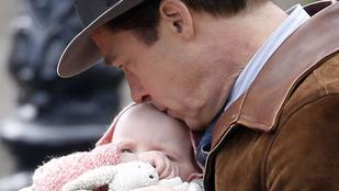 Ettől minden jobb: a sármos Brad Pitt babát puszilgat
