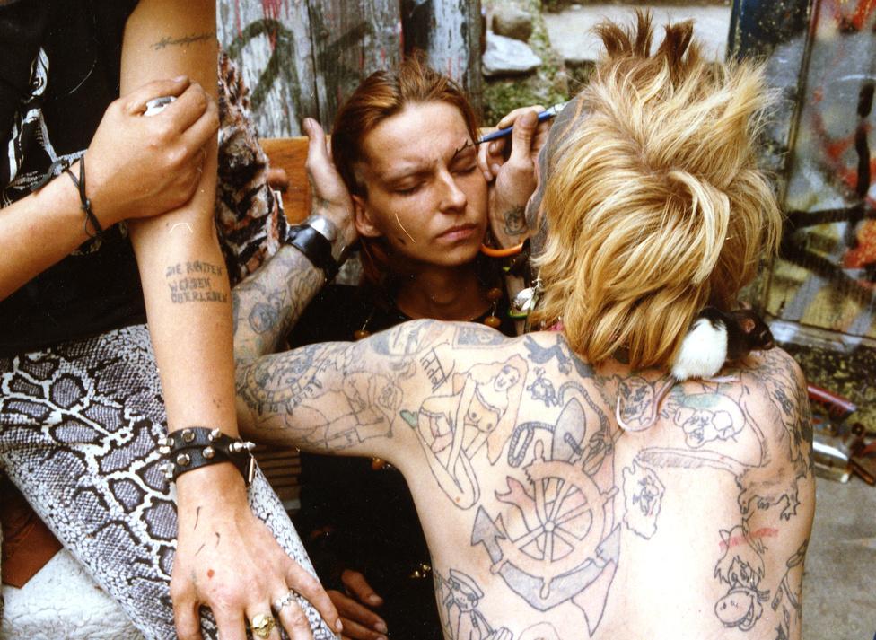 """""""Pillangó, barátja (Jimmy) műterme előtt tetoválja a házigazda feleségét."""""""