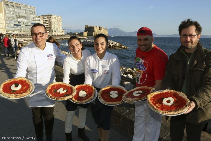 Nápolyi éttermesek a világörökségi értéknek kikiáltott pizzáikkal