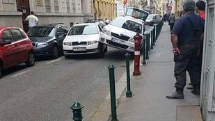 Megtudtuk, mi történt az egymást szerető autókkal a Vadász utcában