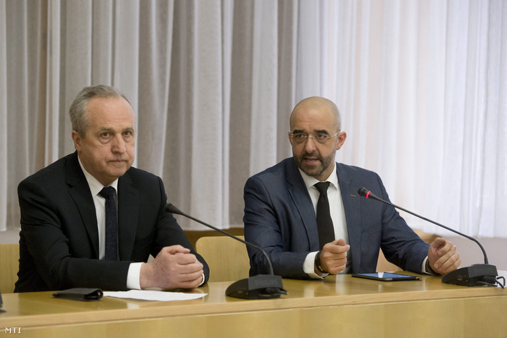 Kovács Zoltán kormányszóvivõ (j) és Kontrát Károly a Belügyminisztérium parlamenti államtitkára.