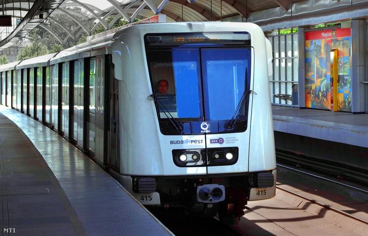 Alstom-kocsi a 2-es metró vonalán