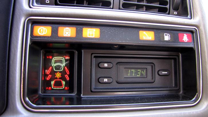 Bődületes extrák: ellenőrző panel és digitális óra, stopper funkcióval!
