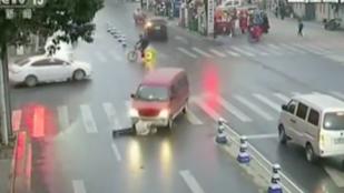 Elütötte, majd áthajtott rajta egy autó, de törött csontok nélkül megúszta
