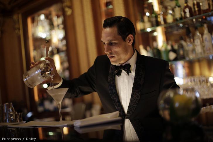 Koktélt készít egy férfi egy londoni luxusszállodában