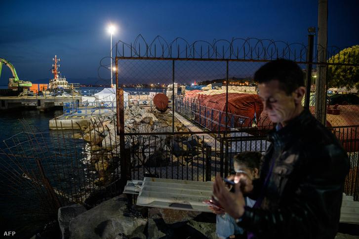 Menekültek várakoznak a kikötőben a török oldalon, Dikilinél