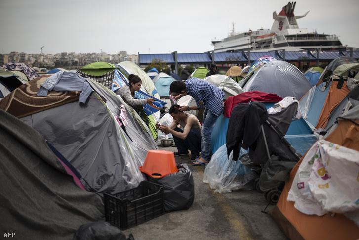 Menekültek az athéni kikötőben