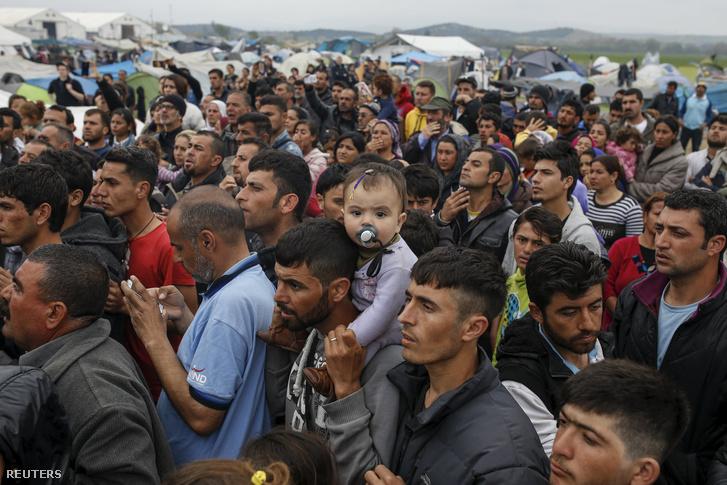Várakozó menekültek a görög-macedón határon Idomeninél