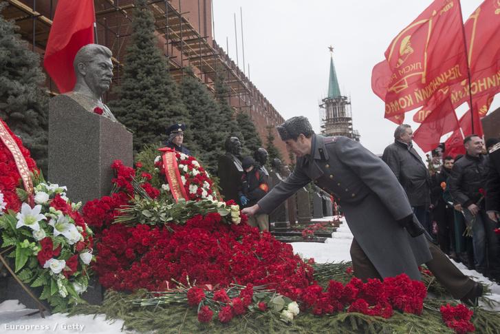 Koszorúzás Sztálin halálának 63. évfordulóján a Vörös Téren, 2016. március 5-én.