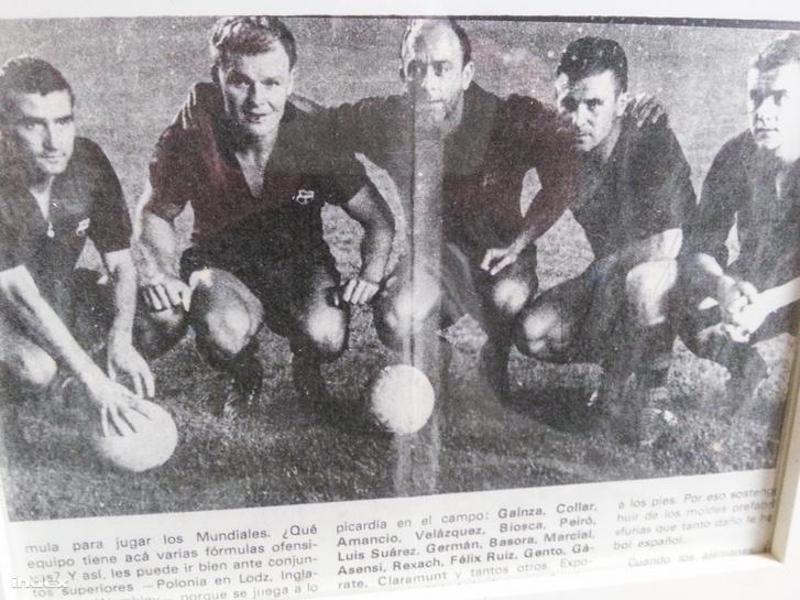 A kép bal szélén Szalay, mellette Kubala, Puskás jobbról a második