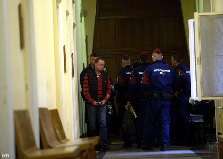 A Buda-Cash-ügy kapcsán március 9-én őrizetbe vett gyanúsítottak egyikét vezetik a Fővárosi Törvényszék Fő utcai épületében 2015. március 11-én.