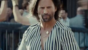 Jason Stathamet most úrihölgyként, dekoltázsos macaként és szakállas babaként is megnézheti