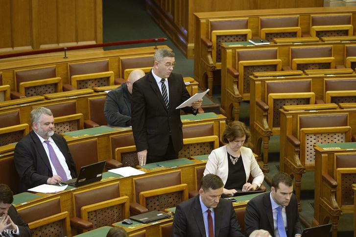 Szilágyi György, a Jobbik képviselője napirend előtti felszólalásában az Országgyűlés plenáris ülésén 2016. április 4-én arról beszél, hogy az offshore céget tulajdonló képviselők veszítsék el mandátumukat.