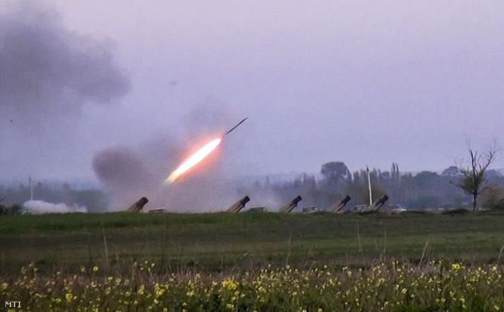 Videofelvételrõl készített kép amelyen Grad rakétát lõnek ki azerbajdzsáni tüzérek a vitatott hovatartozású Hegyi-Karabah körzetben lévõ örmény állásokra Gapanli faluból 2016. április 3-án.